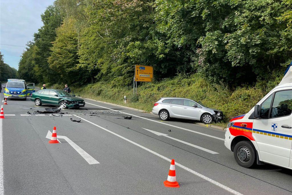 Die Polizei sperrte die B 58 für die Zeit der Unfallaufnahme halbseitig.