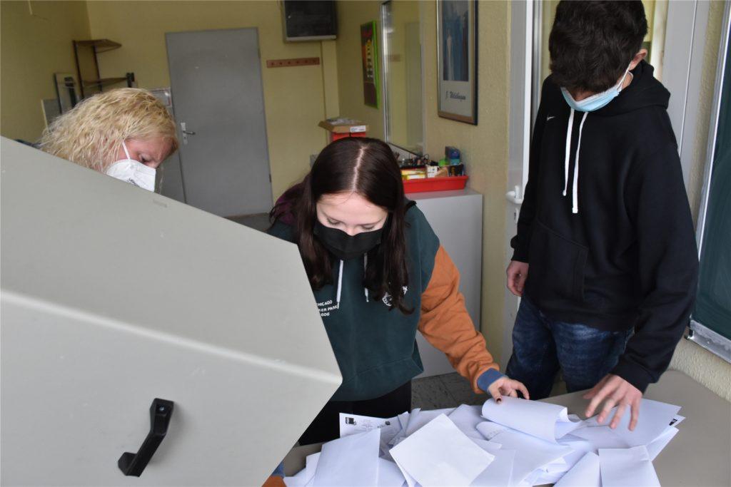 Jacqueline Bonn (l.) mit ihren beiden Schülern Sophie-Marie Schmidt (m.) und Sebastian Ebers (r.) bei der Auszählung der Stimmen.