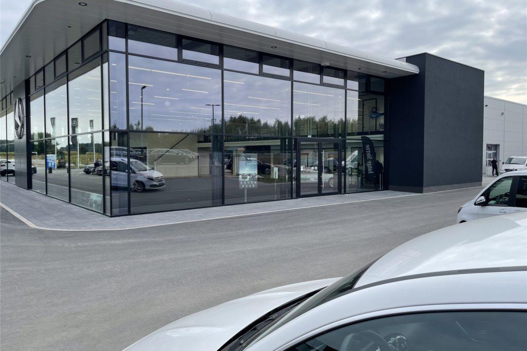 Lichtdurchflutet ist das neue Mercedes Autohaus in Olfen.