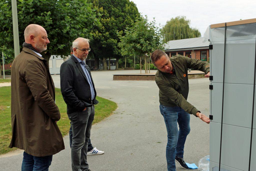 Andreas Effing (Kemper, r.) erklärte Markus Lask (l.) und Bürgermeister Werner Stödtke die Funktionsweise des mobilen Luftreinigungsgeräts.