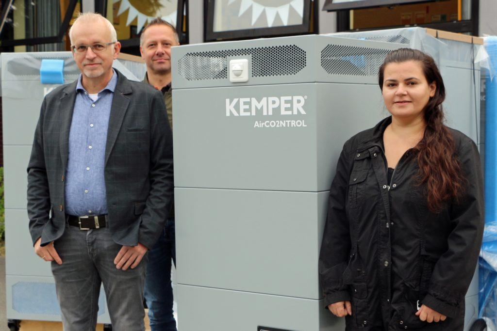 Ein Modell wurde noch auf dem Schulhof ausgepackt (v.l.): Bürgermeister Werner Stödtke, Andreas Effing (Kemper) und Kristina Zinn (Schulverwaltung).