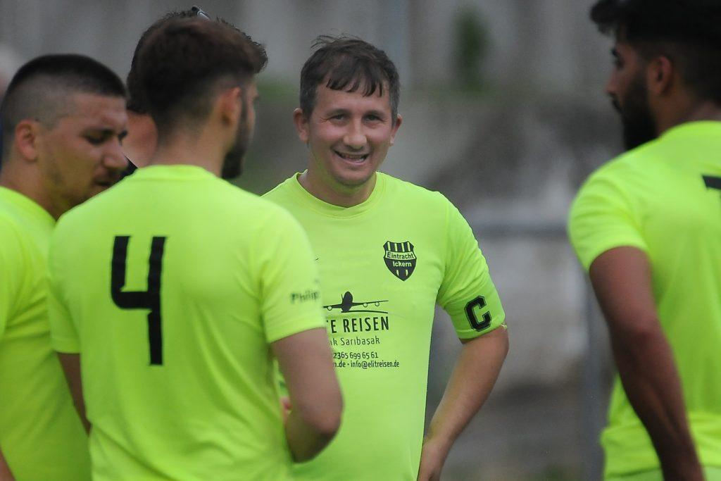 Eintracht-Trainer Ramazan Erdem (Mitte) ist derzeit in der Türkei.