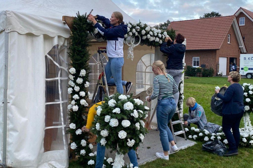 Die Frauen schmücken Zelt wie Wohnhaus des Brautpaars.