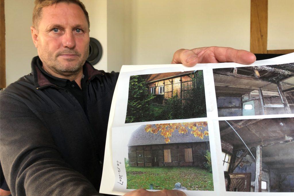 Martin Stroetzel zeigt, wie das Haus vor dem Umbau aussah.