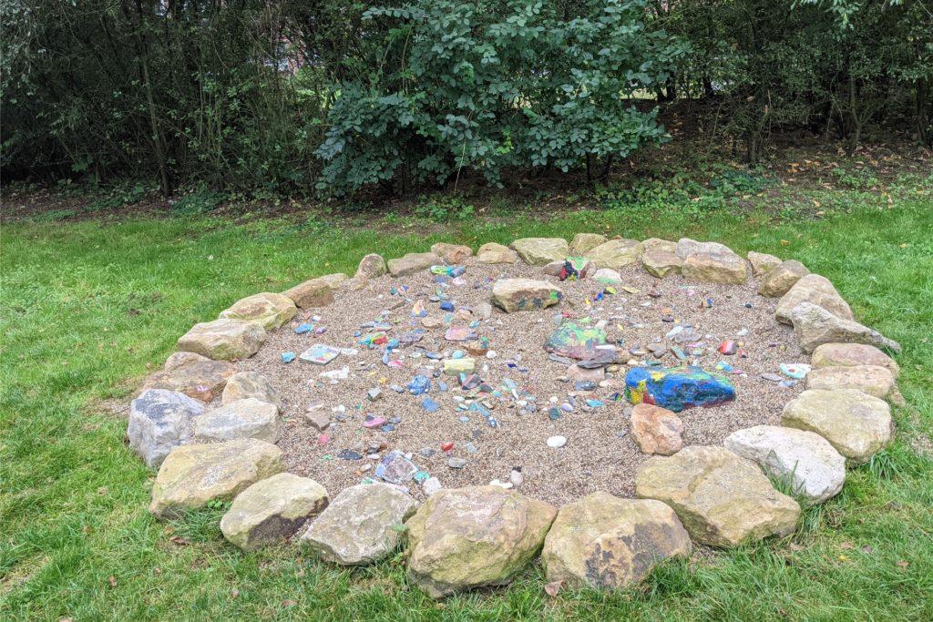 Auch der bunte Steinkreis, den die Kinder der Kita Arche zum Thema Respekt gestaltet hatten, war zwischenzeitlich zerstört worden.
