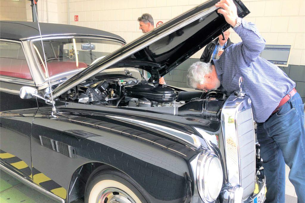 Noch ein Mercedes Adenauer: Die Cabrio-Ausführung gehört Günter Jalzik, der wie alle Vereinskollegen nach der Hauptuntersuchung seine Plakette erhalten hat.