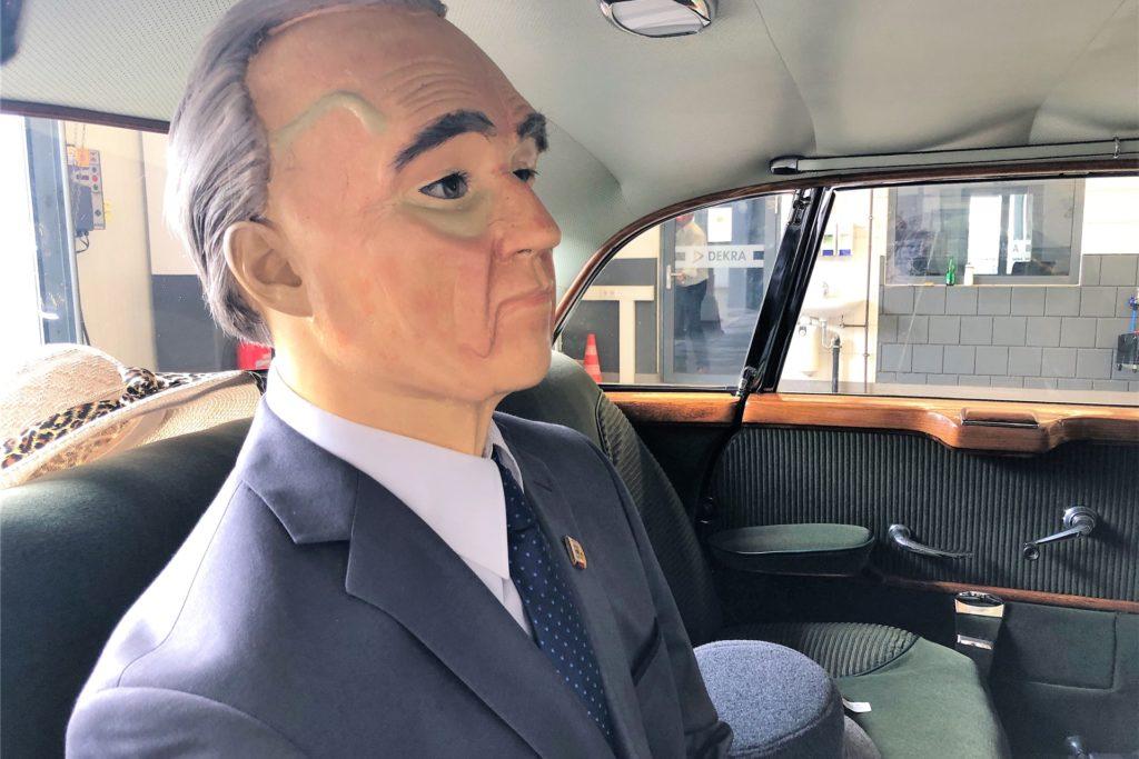 Diese Adenauer-Puppe sorgt für mehr Aufsehen als das schmucke Auto, in dem sie chauffiert wird.