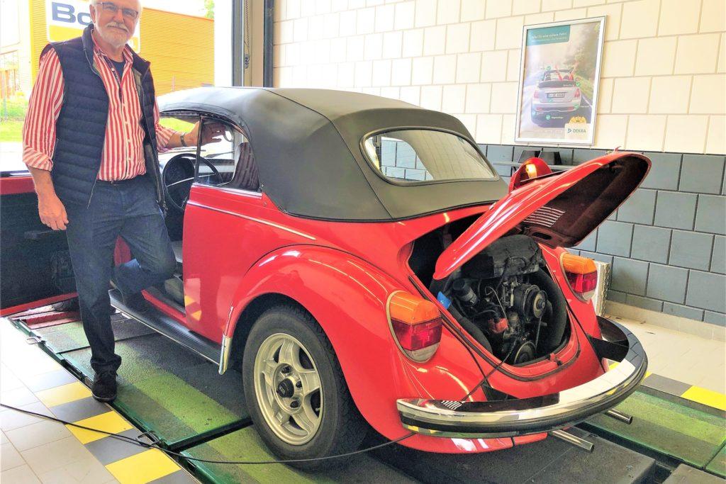 Peter Kulp ist Vorsitzender des Veteranen-Clubs und hat den Dekra-Tag gemeinsam mit Dietrich Kobbe organisiert. Er brachte auch seinen 47 Jahre alten VW-Käfer mit.