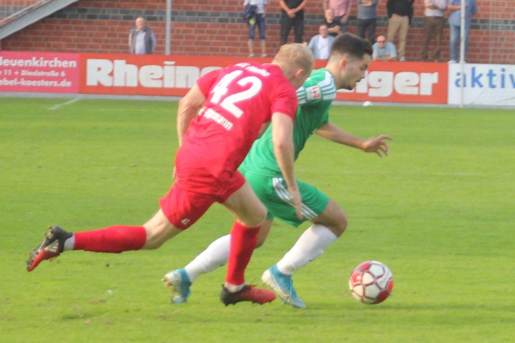 Nur in dieser Szene schüttelte der Holzwickeder SC Eintracht Rheine ab, das sich am Ende mit 3:0 durchsetzte.