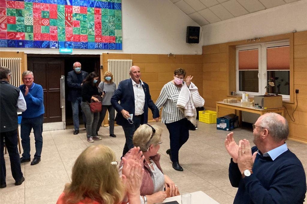 Mit Applaus wurden Michael Gerdes und seine Frau Heike am Abend von Parteifreunden in Bottrop empfangen. Nach Dorsten kam er am Wahlabend nicht mehr.