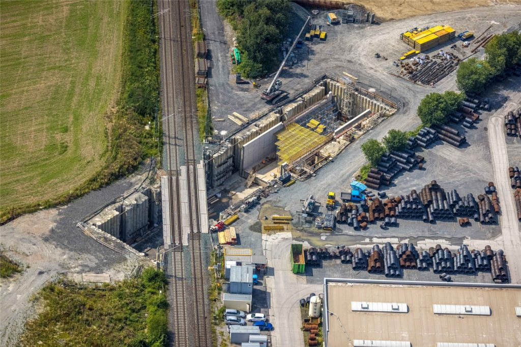 Fortschritt auf Kamens größter Baustelle. Für den Einschub der neuen Brücke, über die Züge künftig rollen, muss die Bahnlinie zwei Wochen lang gesperrt werden.